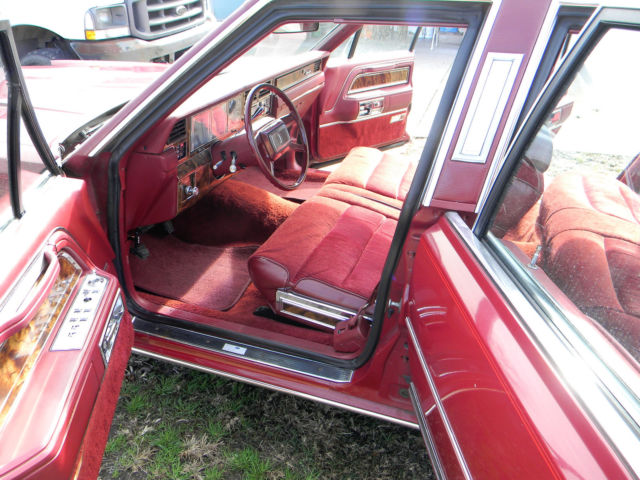 vintage 1981 lincoln town car signature series medium red full size luxury car classic lincoln. Black Bedroom Furniture Sets. Home Design Ideas